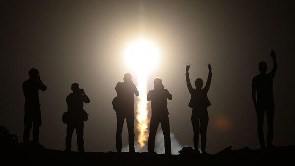 Lidé sledují vypouštění nosné rakety Sojuz-FG s pilotážní lodí Sojuz TMA-13M a posádkou 40.-41. expedicí na MKS z kosmodromu Bajkonur. - Sputnik Česká republika