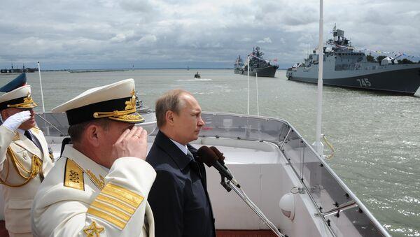 Ruský prezident Vladimir Putin během oslav Dne námořnictva - Sputnik Česká republika