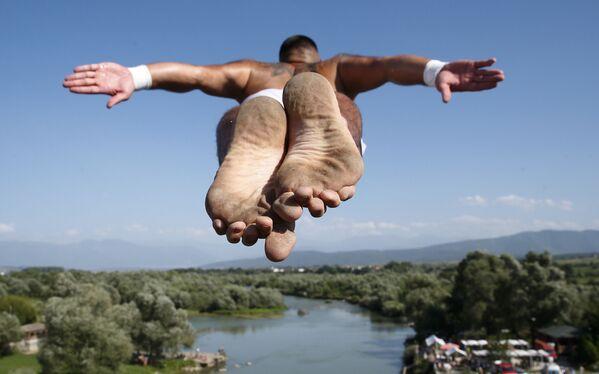 Tento týden v obrázcích: katastrofické záplavy, bazény plné sladkostí a mystické díry - Sputnik Česká republika