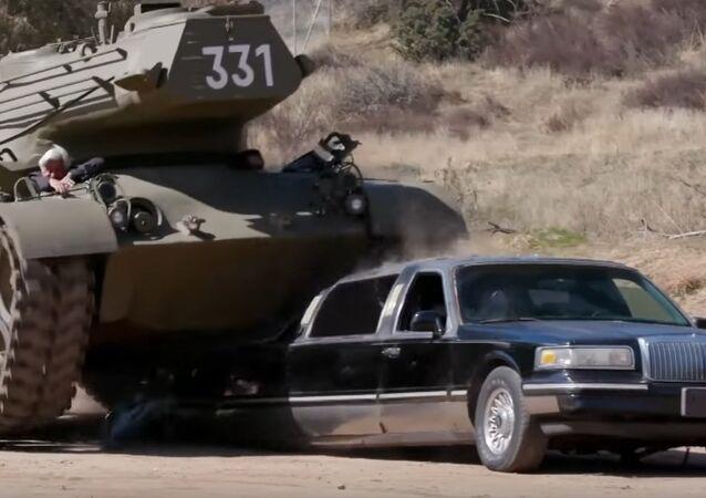 Schwarzenegger rozmáčkl limuzínu vlastním tankem