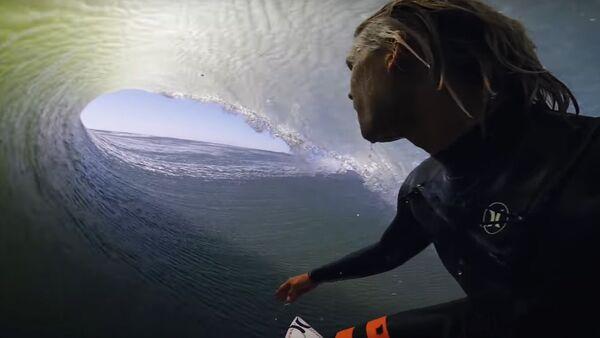 Surfař natočil VIDEO, jak v Africe sjíždí obrovskou vlnu - Sputnik Česká republika
