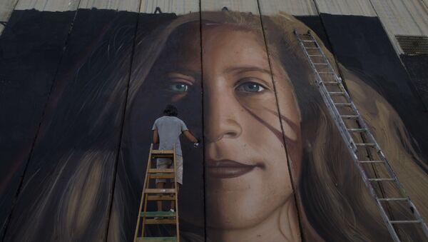 Graffiti palestinské vězenkyně Ahed Tamimi na stěně u Betléma - Sputnik Česká republika