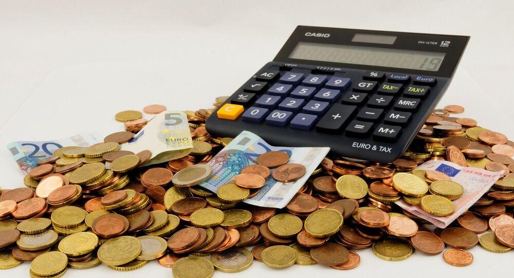 Kalkulačka, bankovky a mince