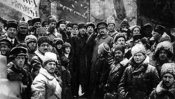 Vladimir Lenin spolu se Lvem Trockým na Rudém náměstí během demonstrace 7. listopadu 1919 - Sputnik Česká republika