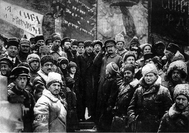 Vladimir Lenin spolu se Lvem Trockým na Rudém náměstí během demonstrace 7. listopadu 1919