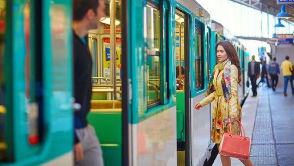 Dívka na pařížském nádraží. Ilustrační foto - Sputnik Česká republika