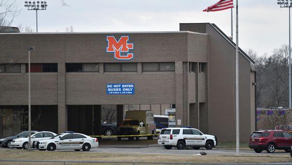 Policisté u školy v americkém Bentonu, kde došlo ke střelbě - Sputnik Česká republika