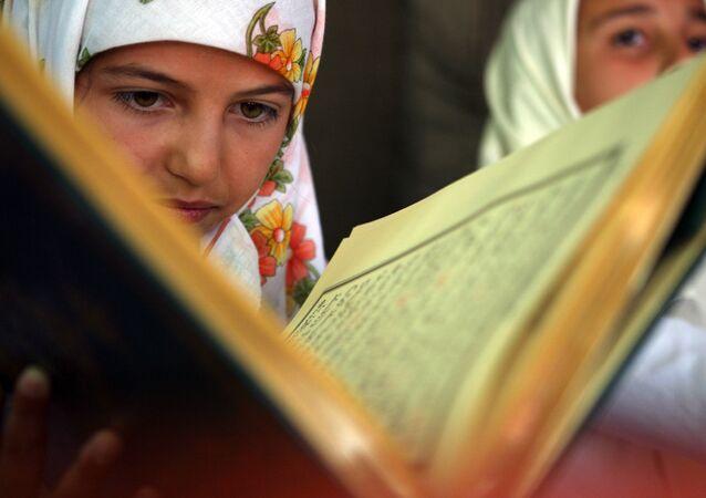 Bulharská žena čte Korán