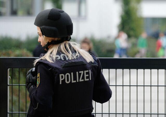 Policistka vedle školy v Lipsku