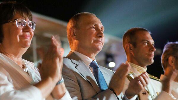 Президент РФ Владимир Путин во время посещения вечера-открытия фестиваля под открытым небом Опера в Херсонесе - Sputnik Česká republika