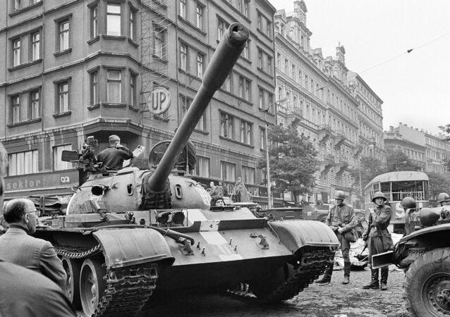 Sovětské tanky v ulicích Prahy, 1968