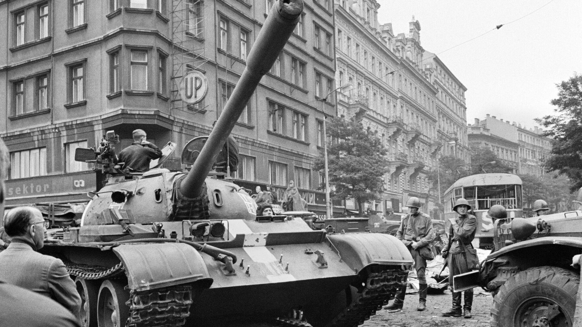 Sovětské tanky v ulicích Prahy, 1968 - Sputnik Česká republika, 1920, 23.08.2021