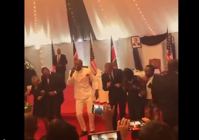 Obama tančil se svým keňským protějškem během návštěvy Nairobi