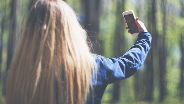 Dívka si pořizuje selfie - Sputnik Česká republika