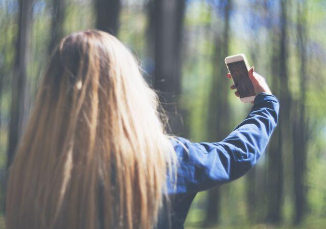 Dívka si pořizuje selfie