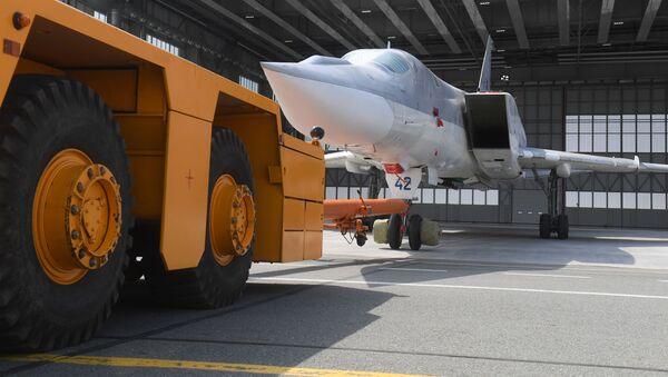 Ruský dálkový bombardér Tu-22M3 opouští hangár - Sputnik Česká republika