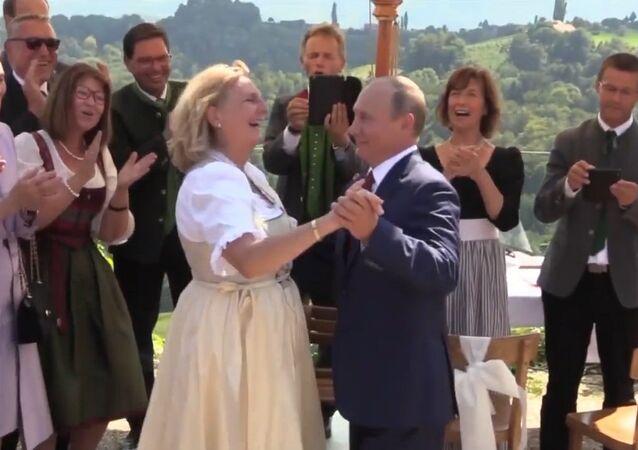 Lépe pozdě než nikdy. Blahopřání Putina a tanec s rakouskou ministryní zahraničí
