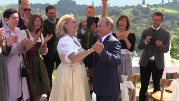 Lépe pozdě než nikdy. Blahopřání Putina a tanec s rakouskou ministryní zahraničí - Sputnik Česká republika