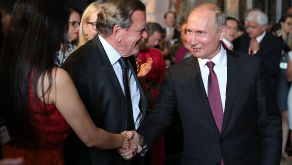 Ruský prezident Vladimir Putin a předseda rady ředitelů Nord Stream 2 AG Gerhard Schröder - Sputnik Česká republika