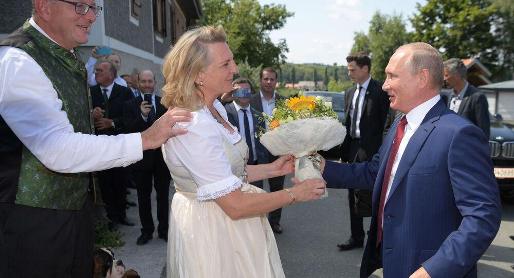 Rakouská ministryně zahraničí Karin Kneisslová a ruský prezident Vladimir Putin