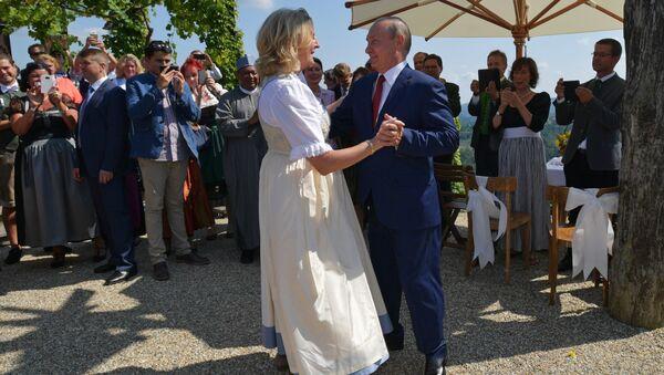 Президент России Владимир Путин танцует с министром иностранных дел Австрии Карин Кнайсль на ее свадьбе с финансистом Вольфгангом Майлингером - Sputnik Česká republika