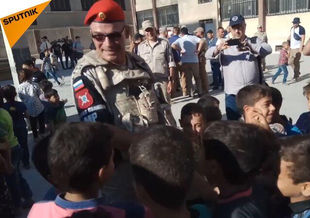 Syrské děti nadšeně vítají ruského vojáka