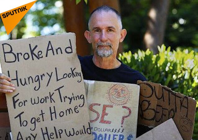 Tento umělec si 25 let kupuje cedulky bezdomovců, kde se za každou cedulkou skrývá příběh