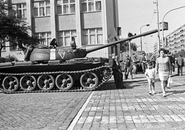 Sovětský tank na ulici v Praze v srpnu 1968