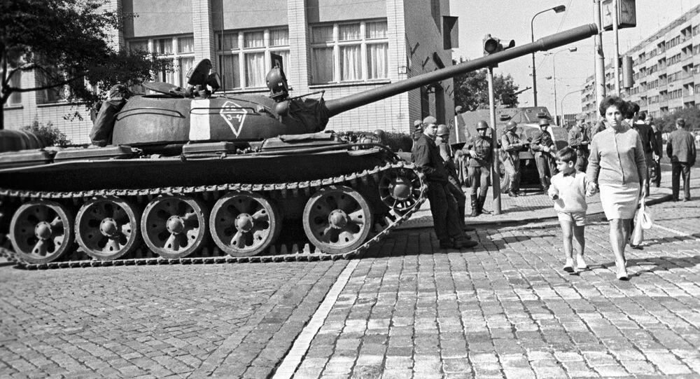 Sovětské tanky v Praze v srpnu 1968.