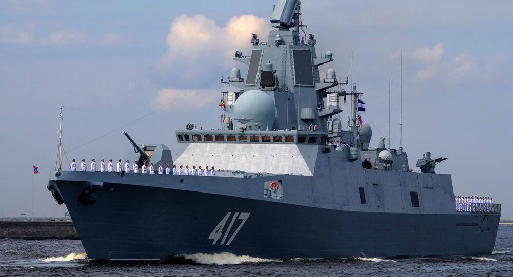 Fregata Admirál Gorškov při zkoušce námořní přehlídky v den námořnictva v Kronštadtu