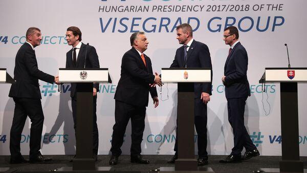 Český premiér Andrej Babiš, rakouský kancléř Sebastian Kurz, maďarský premiér Viktor Orbán, předseda vlády SR Peter Pellegrini, a polský premiér Mateusz Morawiecki na setkání V4 v Budapešti. - Sputnik Česká republika