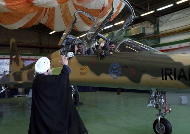 Íránský prezident Hasan Rúhání u stíhačky Kowsar