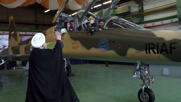 Íránský prezident Hasan Rúhání u stíhačky Kowsar - Sputnik Česká republika