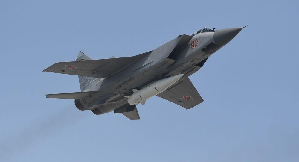 Víceúčelový stíhací letoun MiG-31 s hypersonickou raketou Kinžal