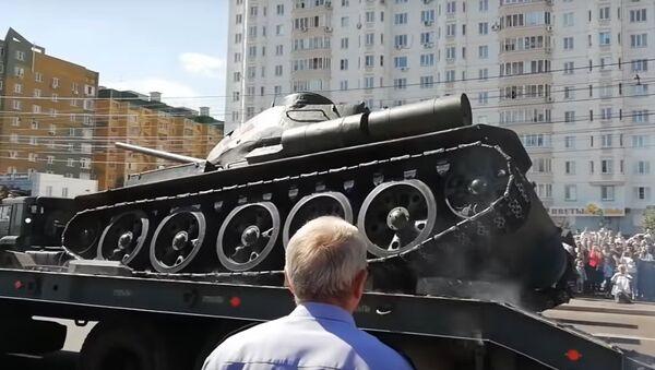 Pád tanku T-34 během přehlídky v Kursku byl natočen na VIDEO - Sputnik Česká republika