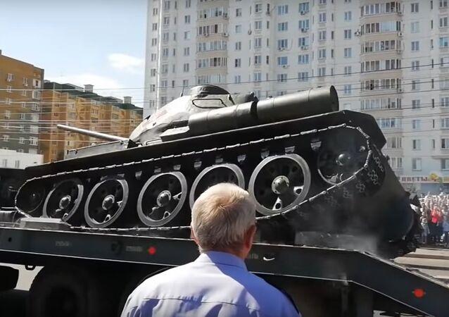 Pád tanku T-34 během přehlídky v Kursku byl natočen na VIDEO