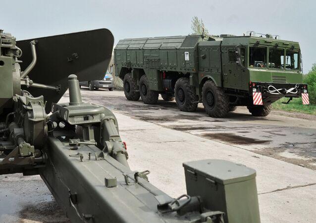 Dělo Hyacint a raketový komplet Iskander v Kaliningradu