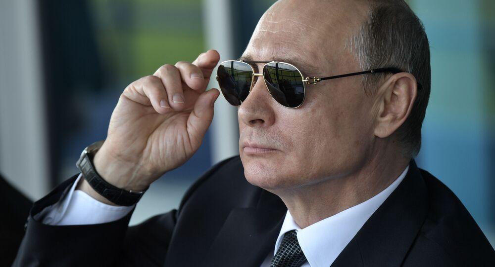 Ruský prezident Vladimir Putin v černých brýlích