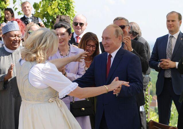 Vladimir Putin tancuje s rakouskou ministryní zahraničních věcí Karin Kneisslovou