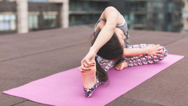 Žena cvičí jógu - Sputnik Česká republika