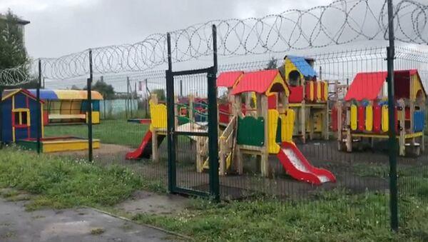 Školka s přísným režimem aneb Proč musí být děti za ostnatým drátem - Sputnik Česká republika