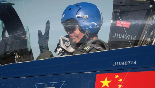 Čínský pilot v stíhačce 6xJ-10. Ilustrační foto - Sputnik Česká republika