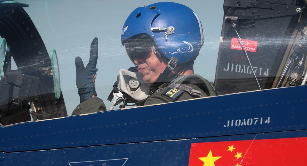 Čínský pilot v stíhačce 6xJ-10. Ilustrační foto