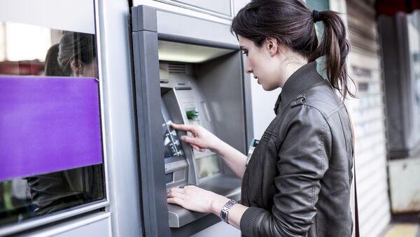 Dívka u bankomatu - Sputnik Česká republika