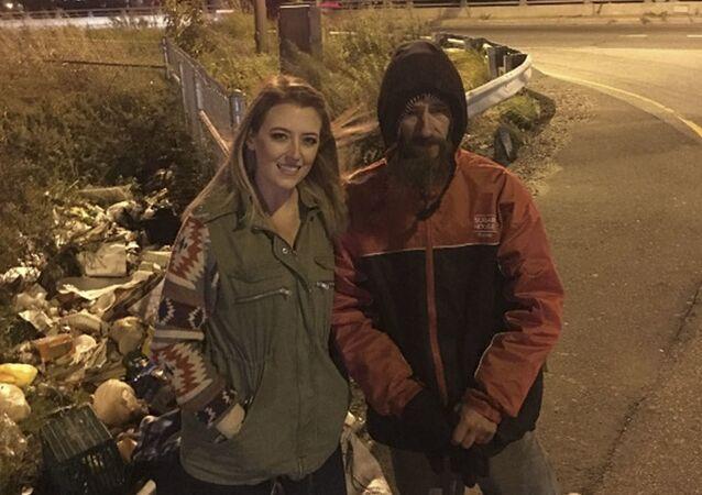 Američanka Kate McClureová a bezdomovec Johnny Bobbitt