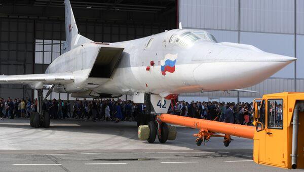 Bombardér Tu-22M3M v Kazani opouští hangár - Sputnik Česká republika