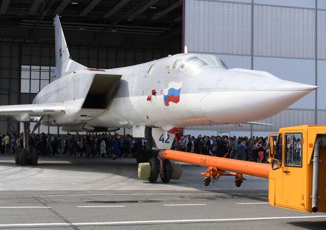 Bombardér Tu-22M3M v Kazani opouští hangár