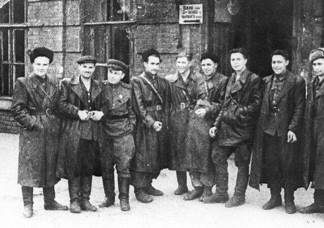 Skupina partizánov z oddielu Pomstiteľ