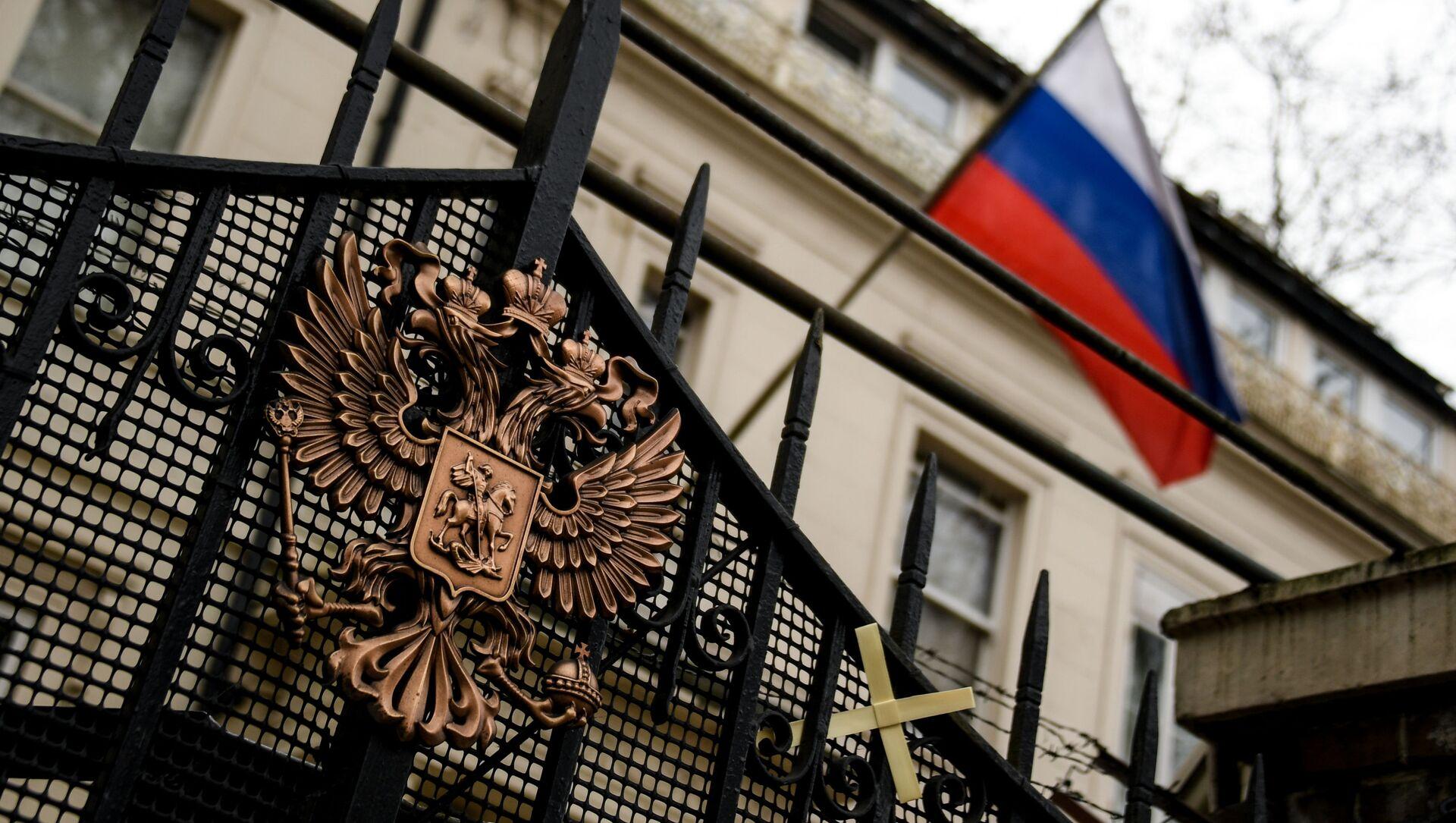 Ruský erb na bráně ruského velvyslanectví v Londýně - Sputnik Česká republika, 1920, 22.03.2021