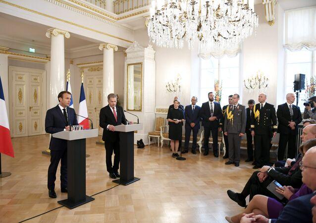 Francouzský prezident Emmanuel Macron a finský prezident Sauli Niinisto během tiskové konferenci v prezidentském paláci v Helsinkách